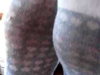 Mal-humorado suado meias e trashed tênis
