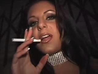Prostituta fumando no beco