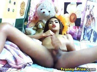 Transexual asiática sacudindo fora seu grande galo