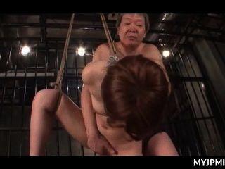Amarrado e enjaulado japonês nu milf fodido duro em sua fenda