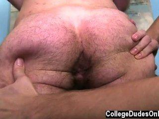 Pornô gay aaron se equilibra em cima de trent e se baixa para
