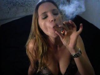 Fumar charuto sexy grande em calcinha