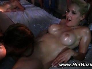 Orgia lésbica segue luta do óleo