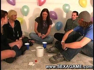 Estudantes em jogo com jogos de sexo