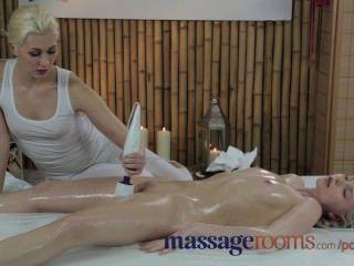 Salas de massagem inocente jovem loira tem profundo orgasmo com massagem lésbica