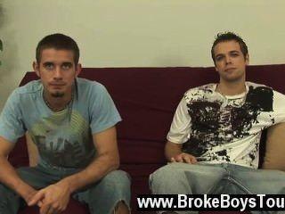 A cena gay quente kevin se ofereceu para fazer oral primeiramente, dobrando-se sobre e