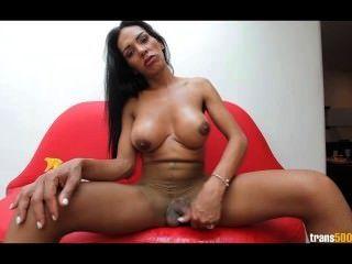 Latina tranny stokes galo enorme em sua meia-calça rasgada