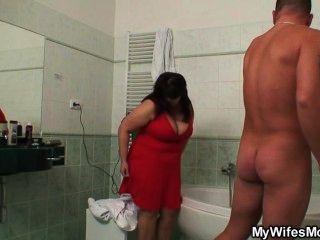 Ela encontra sua mãe titted enorme fodendo com seu marido no banheiro