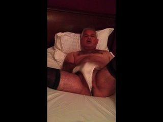 Bloke masturbando vestindo meias e calcinhas namoradas