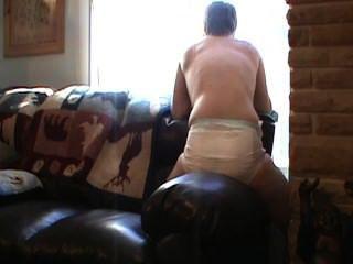 Molhando minha fralda e humping um sofá