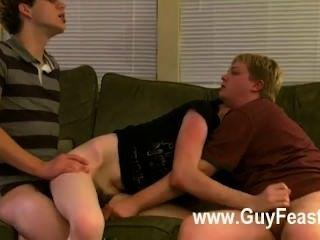 Gay xxx aron, kyle e james estão se encaixando no sofá e pronto