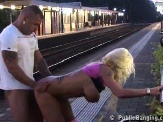 Casal fuck em público na estação de trem