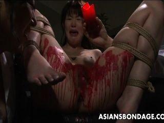 Asiático babe obter seus privates cobertos em cera.