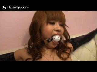 Senhora japonesa amarrada e tem sua buceta provocada