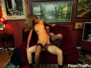 Garota loira nas meias fodendo o dono da loja de penhor