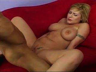 Linda garota com grandes mamas ama galo duro