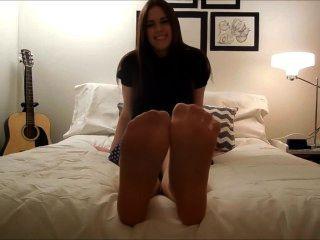 Nylon e pés descalços tease