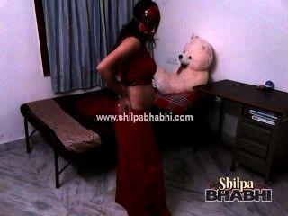 Sexy shilpa bhabhi mulher indiana no saree vermelho stripping sexo nua