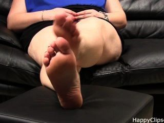 Carolina jogos com os pés descalços