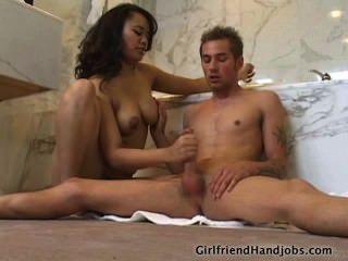 Busty babe strokes um pau no banheiro