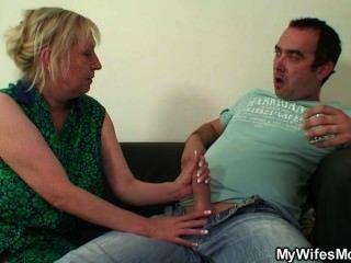 Oldy sedutor seduz ele enquanto sua esposa fora
