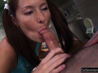 Morena adolescente babe fodendo na cozinha