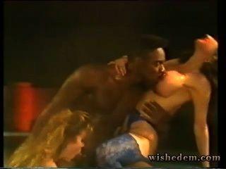 Duas prostitutas chupar homem negro na piscina