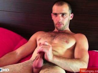 Este sexy str8slim caber, mas o cara musculoso fica wanked seu pau duro por um cara!