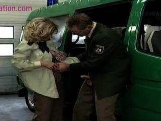 Horny blonde milf adora foder homens em uniforme boca cumshot polícia