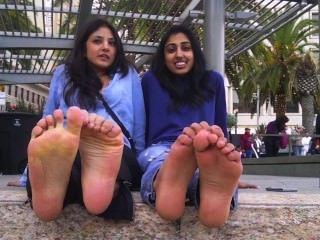 Meninas árabes e indianas mostram e falam sobre seus pés fedidos