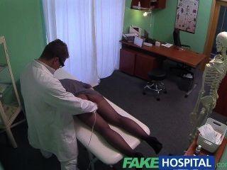 Falsa hospital g spot massagem fica quente morena paciente molhado