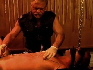 Soando e electro no bodybuilder novo quente.