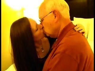 Cuckold, esposa, beijando, velho