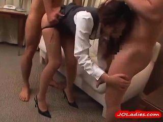 Senhora de escritório em meia-calça chupar 3 caras fodido no quarto de hotel