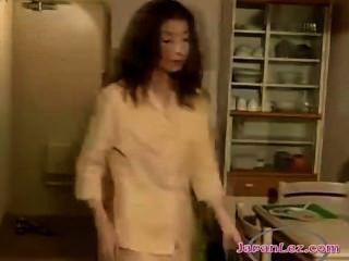 2 meninas asiáticas beijando apaixonadamente sugando mamilos no corredor e lamber