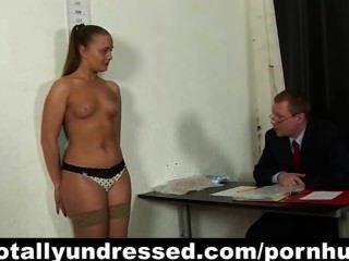 Kinky entrevista de emprego para o jovem secretário
