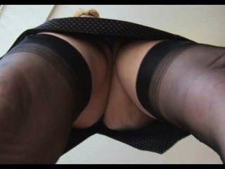 Madura loira babe em meias upskirt tease
