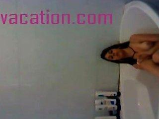 Morena banha e mostra mamas para a câmera