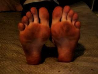 Dedos ondulados com pés e solos sujos