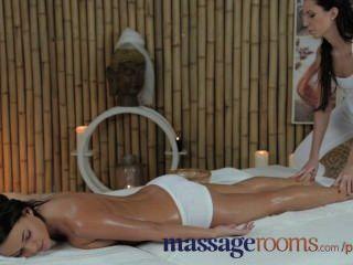 Salas de massagem adolescente adorável com seios perfeitos obtém grande orgasmo ponto g