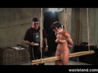 Dungeon mestre amarra submisso morena e faz ela cum com brinquedos sexuais