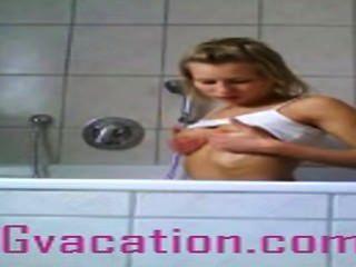 Alemão tramp shows de seu corpo quente na banheira