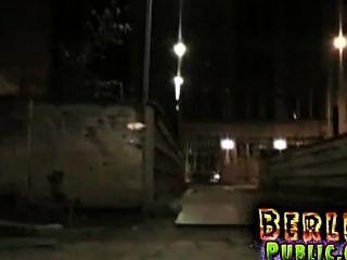 Foda nocturna ao ar livre para a puta loira