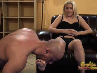 Blondes diz submisso para lamber e comer pés