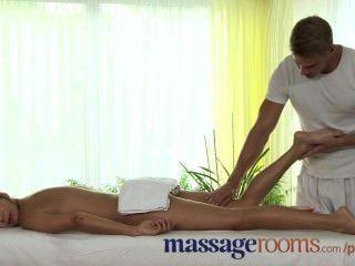 Salas de massagem pernas adolescentes perfeitos e pés são oleadas e cobertas de cum quente