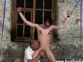 Gay quente com seus testículos sensíveis puxou e seu pau empurrou e