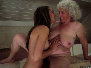 Sexo lésbico entre grannie e legal age adolescentes