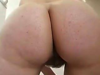 Limpando a cozinha butt nu