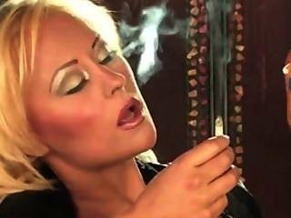 Fetiche de fumar loira