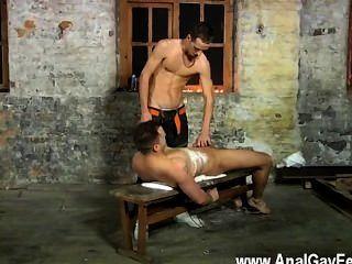 Vídeo gay luke não está sempre contente apenas throating profundo o spunk de
